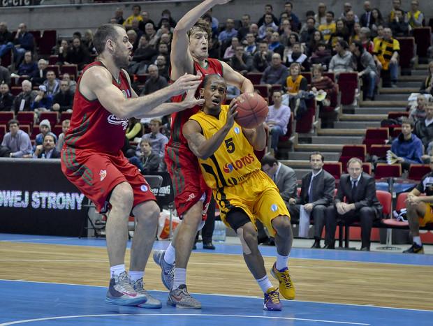 Trefl Sopot po raz ostatni w europejskich pucharach zagrał w sezonie 2012/13. Wówczas to zakończył ją z 1 zwycięstwem i 5 porażkami w fazie grupowej EuroCup. Kadr pochodzi z ostatniego meczu z Lokomotiw Kubań Krasnodar. Z piłką rozgrywający Frank Turner.