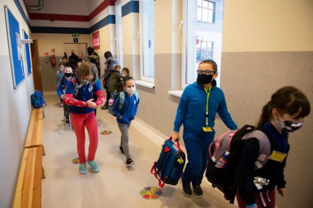 Szczepienia przeciw COVID-19 realizowane w szkołach mają zwiększyć dostępność do profilaktyki i podnieść bezpieczeństwo placówek edukacyjnych.