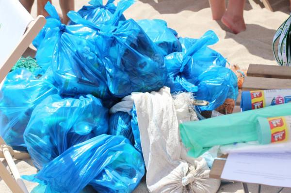 Wolontariusze posprzątają w sobotę plaże w Gdyni i Gdańsku. Na pewno będzie co zbierać.
