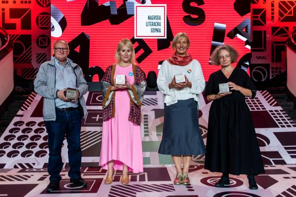 Gala Nagrody Literackiej Gdynia 2021 w Muzeum Emigracji. Laureaci Kostek Literackich: (od lewej) Waldemar Bawołek (proza), Natalia Malek (poezja), Magda Heydel (przekład) oraz Joanna Krakowska (esej).