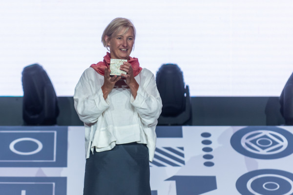 Gala Nagrody Literackiej Gdynia 2021 w Muzeum Emigracji. Magda Heydel, laureatka w kategorii Przekład.