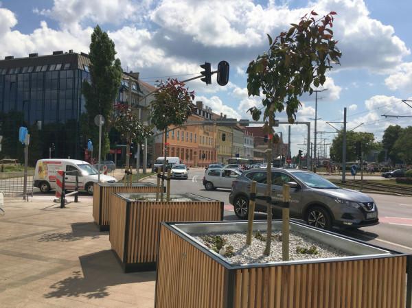 Projekt przewiduje ustawienie donic identycznych, jak te które pojawiły się na krótko na Hucisku (miasto zapowiedziało zastąpienie ich drzewami w gruncie).