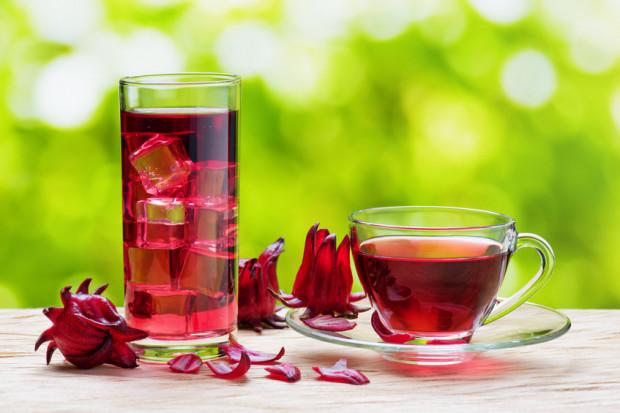 Herbatę z hibiskusa można spożywać na zimno i na gorąco.