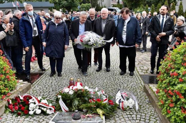 Przed otwarciem Bramy nr 2, złożono kwiaty pod pomnikiem Poległych Stoczniowców.