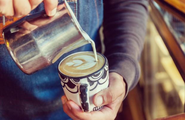 Kofeina zawarta w kawie czy herbacie ma właściwości moczopędne dopiero w sytuacji, gdy wypijemy od trzech do pięciu mocnych naparów.