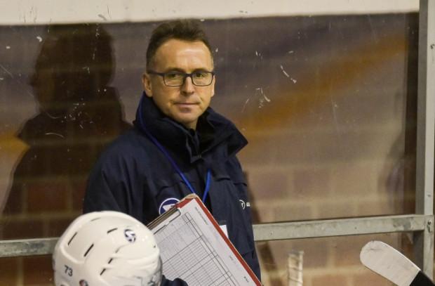 Henryk Zabrocki poprowadził hokeistki do siedmiu medali mistrzostw Polski z rzędu. Czy Zenon Obłoński (na zdjęciu) przedłuży tę serię?