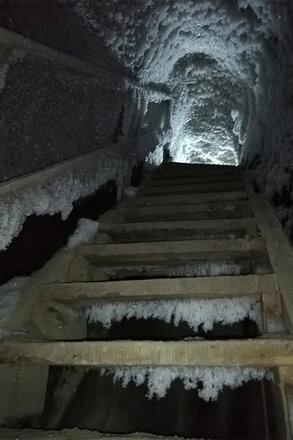 Wejście do jaskini w wieloletniej zmarzlinie.