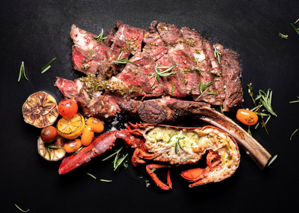 Steki w towarzystwie owoców morza proponuje True Restaurant.