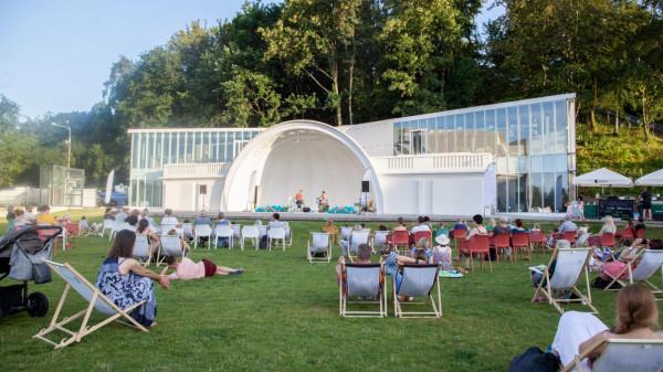 Restauracja Muszla mieści się przy placu Grunwaldzkim 1 w Gdyni, tuż obok Teatru Muzycznego. W weekendy organizowane są tutaj imprezy taneczne.