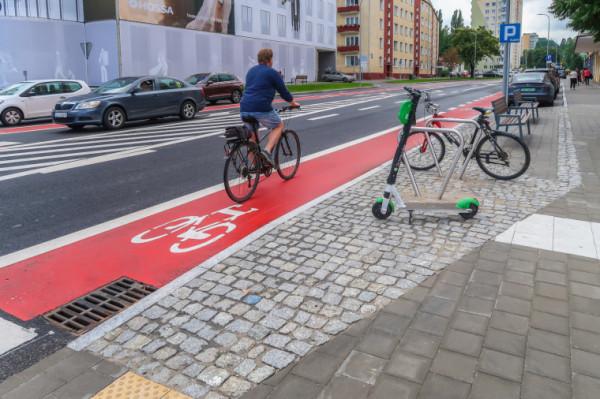 Uczestnicy gry przekonują się, że nie ma złej pogody na rower i że jesienią dojazdy rowerem też mogą być przyjemne.