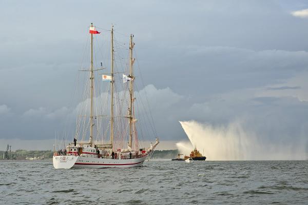 Żaglowcem pływającym pod banderą Marynarki Wojennej jest ORP Iskra, okręt szkoleniowy.
