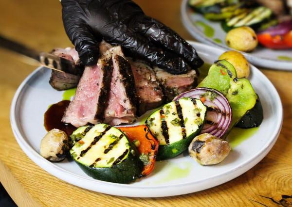 Choć steki pochodzą z kuchni argentyńskiej, kojarzone są przede wszystkim z kuchnią amerykańską. Ten solidny kawał czerwonego mięsa wołowego potrafi osiągać zaskakujące ceny. Jednak o jego wartości nie decyduje jedynie kwota, ale cały proces produkcji - zadbane pod każdym względem zwierzęta hodowlane i restauratorzy, którzy za dobry towar są w stanie słono zapłacić.