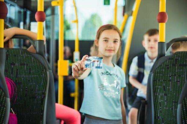 By dziecko mogło korzystać z bezpłatnych przejazdów komunikacją miejską, musi mieć wgrany aktualny pakiet na Karcie Mieszkańca do 30 września.