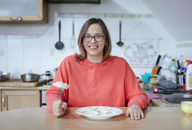 """W przewodniku """"Smacznie napisane"""" swoimi kulinarnymi historiami i przepisami podzieli się z nami również m.in. Dorota Karaś."""