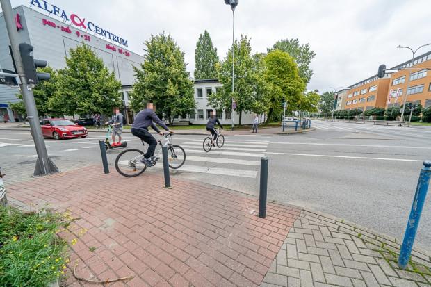 Obecnie większość rowerzystów i użytkowników hulajnóg wybiera chodnik na ul. Kołobrzeskiej.