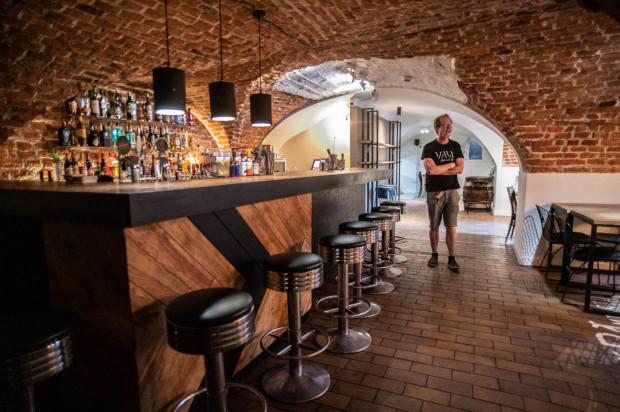 Wnętrza nowego Cafe Absinthe w piwnicy Ratusza Staromiejskiego.