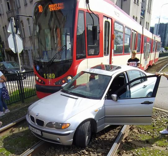 Ignorowanie znaków, nieznajomość miasta, a może zwykłe gapiostwo? Co jest przyczyną częstych kolizji na przejazdach tramwajowych w Gdańsku?