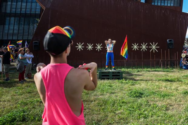 Zdjęcia z treningu prowadzonego przez artystkę ANĘ przed VI Trójmiejskim Marszem Równości, zostały zamieszczone na facebookowym profilu Centrum Sztuki Współczesnej Łaźnia w Gdańsku.