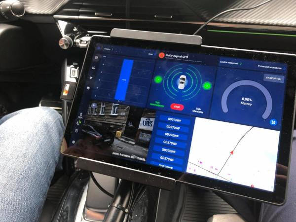Wewnątrz pojazdu kontrolerzy na specjalnym panelu mogą śledzić liczbę rozpoznanych tablic, siłę sygnału nadajnika GPS czy mapkę wskazującą miejsce, w którym się znajdują.