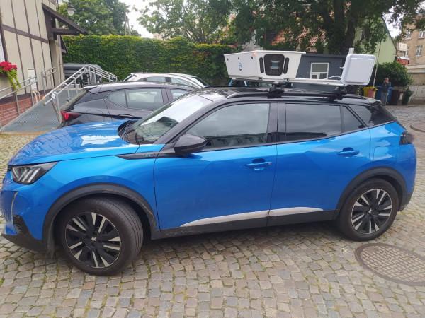 Niebieski elektryczny peugeot ma stać się postrachem dla kierowców, którzy nie zapłacą za parkowanie w strefie płatnego parkowania w Gdańsku.