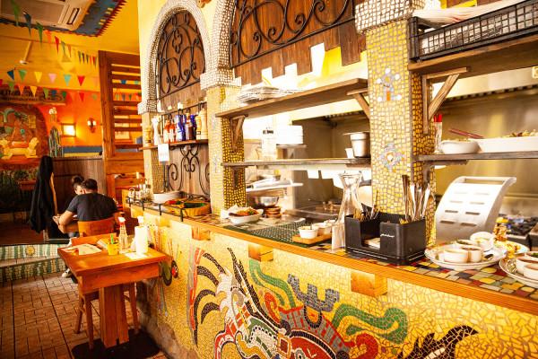W Pueblo jest bardzo kolorowo, dominują ciepłe, charakterystyczne dla Meksyku kolory - czerwienie, żółcie, zielenie, niebieskości, fuksje.