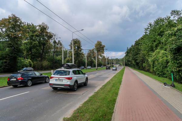 Fragment al.Zwycięstwa od parkingu na granicy Gdyni i Sopotu do ulicy Bernadowskiej. Miejsce zostanie przebudowane w zakresie jezdni.