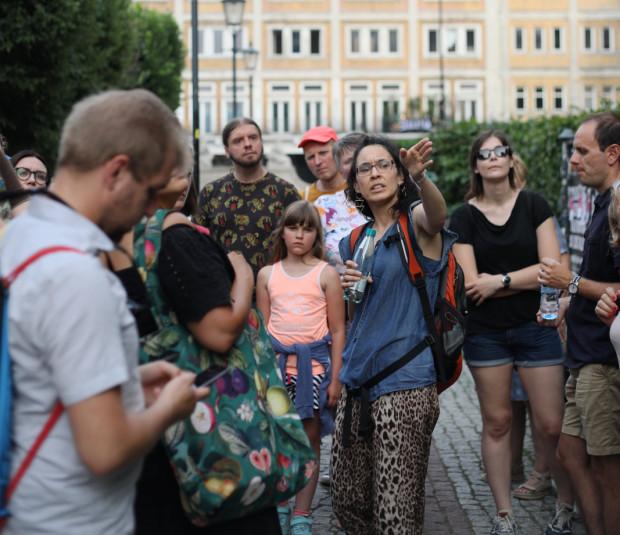 W wakacje odbyło się kilkadziesiąt spacerów po różnych dzielnicach Trójmiasta. Teraz jest ich nieco mniej, ale wciąż wybór jest spory. Na zdj. jeden ze spacerów organizowanych po Wrzeszczu.