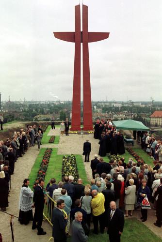 Zdjęcia z uroczystości poświęcenia Krzyża Milenijnego, którego dokonał prymas Glemp.