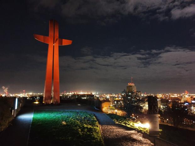 Nocny widok z Góry Gradowej na panoramę Gdańska i Krzyż Milenijny.