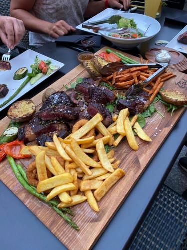Do Evil Steak House warto wybrać się na wielką stekową ucztę. W ofercie m.in. zestawy w postaci desek stekowych z różnymi rodzajami mięs, na których znaleźć można mięsa sezonowane na sucho nawet 130 dni.