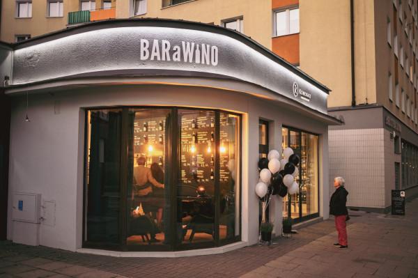 BARaWINO to bar winny połączony ze sklepem winiarskim, będący autorską wersją francuskich bar-à-vin. Lokal działa w Gdyni przy ul. Starowiejskiej od maja, jednak jego oficjalne otwarcie odbyło się w minioną sobotę.