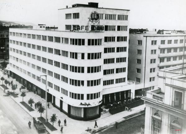W tym budynku przy ul. 10 lutego 24 mieściła się przed wojną wspomniana w artykule siedziba Zakładu Ubezpieczeń Społecznych. Gmach został wzniesiony w latach 1935-1936 w stylu modernistycznym. Po wojnie był siedzibą Polskich Linii Oceanicznych. Obecnie znajduje się w nim część wydziałów Urzędu Miasta Gdyni.