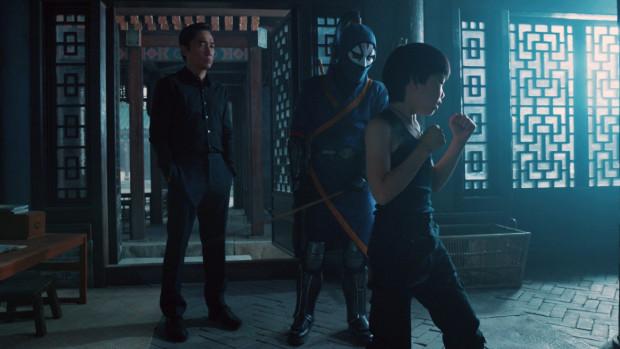 """""""Sahng-Chi"""" to zarazem baśniowe kino akcji obfitujące w efekty specjalne i widowiskowe bijatyki stylizowane na kung fu oraz rodzinny dramat o nieprzetrawionej żałobie, zemście i tęsknocie za bliskimi."""