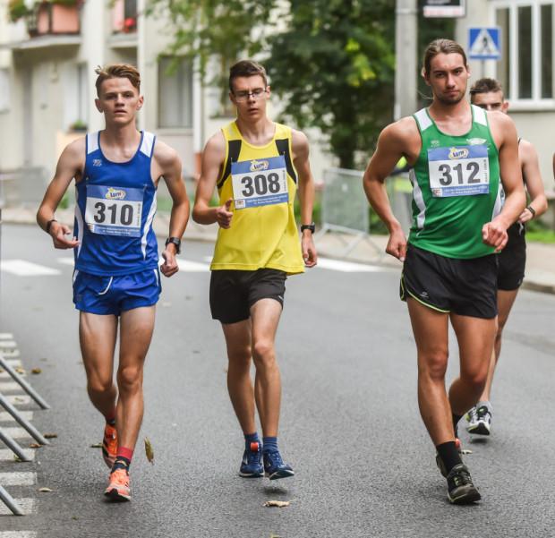Rywalizacja o miejsca 2-4 w mistrzostwach Polski do lat 20 w chodzie sportowym. Od lewej: Hubert Wójcik, Mikołaj Nowostawski, Olaf Rynkiewicz.
