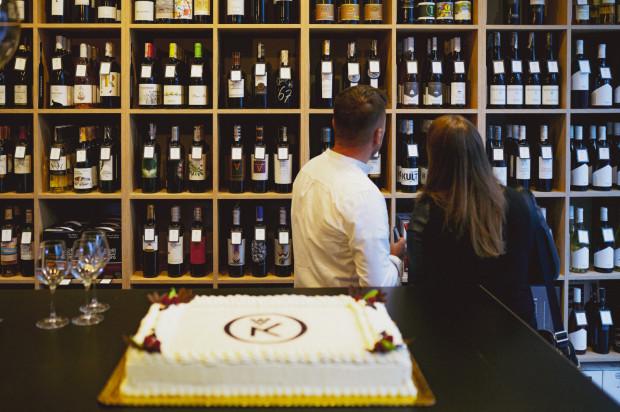 Gdyński lokal obejmuje dwie części - barową i sklepową, gdzie dostępny jest duży wybór win z całego świata, około 400 etykiet oraz akcesoria winiarskie.