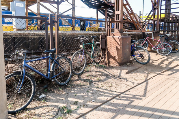 Rowery zaparkowane przy stacji SKM Gdynia Stocznia, ul. Janka Wiśniewskiego (zdjęcie z 2019)