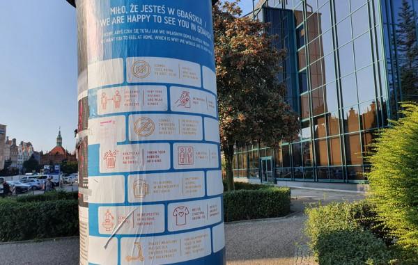 """Zasady gdańskiego savoir-vivre'u """"wyszły"""" na miasto. Plakaty pojawiły się na słupach ogłoszeniowych w Śródmieściu."""