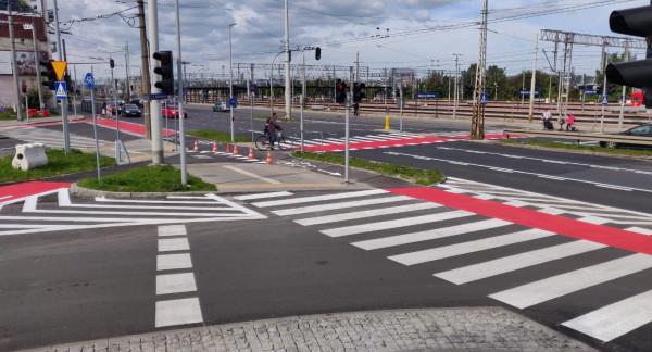 Zmiany na skrzyżowaniu mają ułatwić poruszanie się pieszym i rowerzystom.