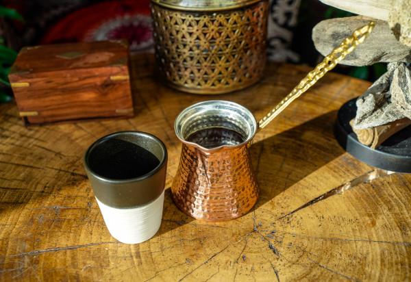 W Pili Pili możemy napić się kawy zbieranej ze zboczy góry Kilimandżaro.