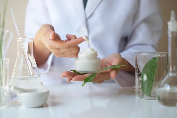 Naukowcy z PG wskazują, że jednym z kierunków wykorzystania biomasy jest tworzenie kosmetyków na bazie ekstraktów z wytłoków z marchwi.