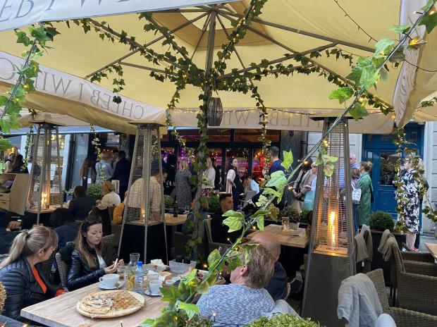 Kolejka do restauracji Chleb i Wino. To tylko jeden z przykładów trójmiejskich lokali, do których trzeba odstać swoje, zanim zajmie się miejsce przy stoliku i złoży zamówienie.