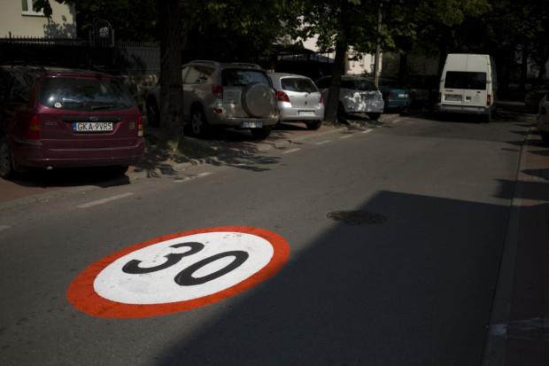 Sopot ul. 23 Marca. Ograniczenie prędkości do 30 km/h.