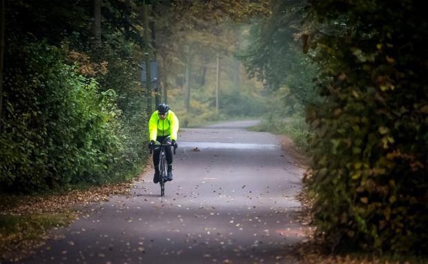 Jazda rowerem jesienią też może być przyjemna.