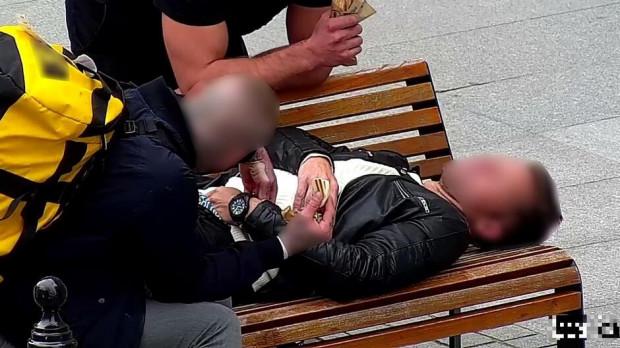 Zrzut ekranu z nagrania monitoringu miejskiego, na którym utrwalono kradzież. Zarówno złodzieje, jak i okradziony byli turystami.