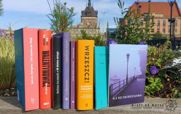 Pomorska Nagroda Literacka jest wręczana autorom zamieszkałym i tworzącym na Pomorzu.