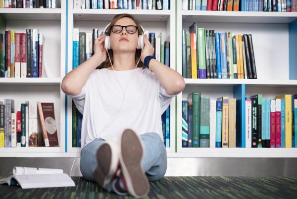 Biblioteki, mediateki, czytelnie, księgarnie, antykwariaty, kawiarnie literackie i artystyczne oraz inne miejsca spotkań autorskich czy kluby książki to miejsca przyjazne dla miłośników literatury.