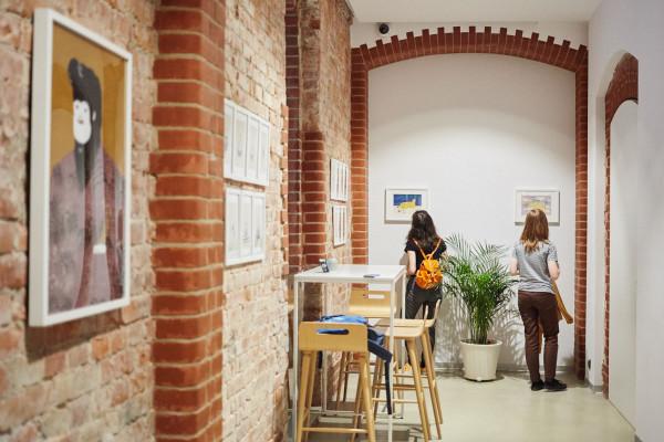 Sztuka Wyboru to miejsce wypełnione najlepszym polskim designem, świetną kawą, pysznymi ciastami, młodą sztuką i dobrze wyselekcjonowanymi książkami i albumami.