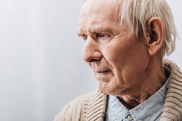 Seniorzy z zanikami pamięci często mają kłopot z dotarciem do domu. Policja apeluje, by w takich sytuacjach nie pozostawać obojętnym.