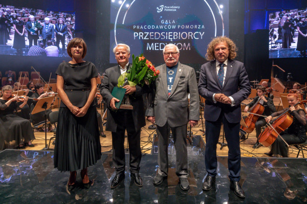 Prof. Wojciech Rajski odebrał medal Cultura Pro Negotio (kultura dla biznesu) z rąk Małgorzaty Winiarek-Gajewskiej - prezes NDI - sponsora festiwalu Sopot Classic, prezydenta Lecha Wałęsy oraz Jacka Karnowskiego - prezydenta Sopotu.