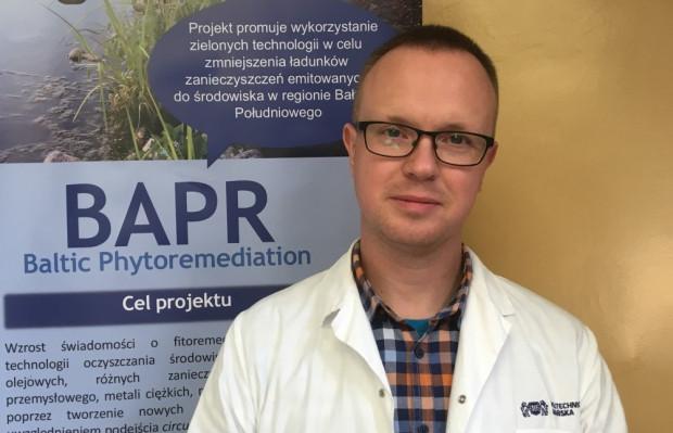 Doktor Piotr Rybarczyk z Politechniki Gdańskiej bierze udział w badaniach na Szadółkach.